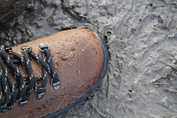 Wasserabweisende Schuhe gut geschützt durch die nassen Tage